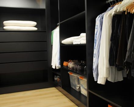 Project 3: Moderne dressing met schuine wanden op maat